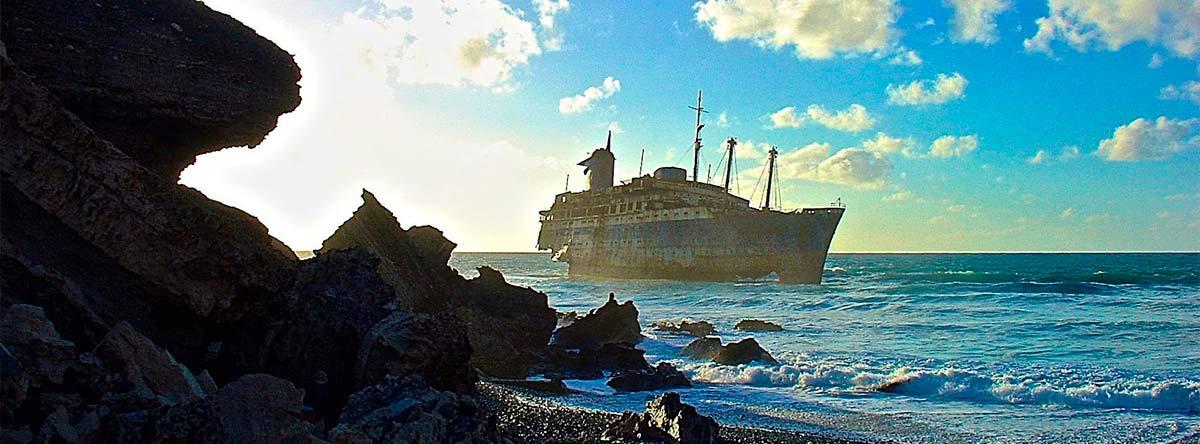 playa-de-garcey-fuerteventura-barco
